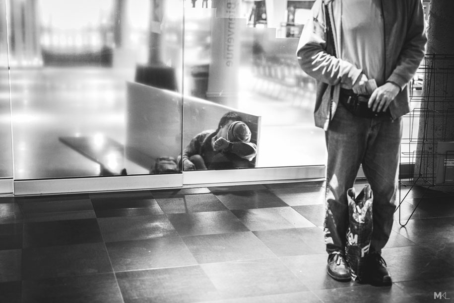 couples-kissing-hugging-public-spaces-black-white-photography-mikael-theimer-2